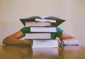 Studium Ausland Bücherstapel